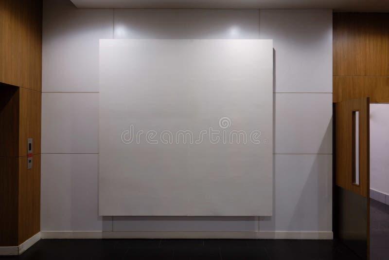 空白的广告广告牌,假装海报媒介模板广告显示 库存照片