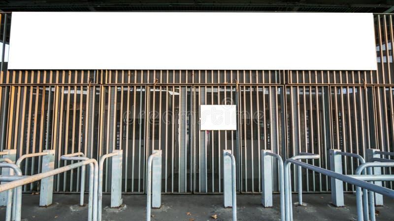 空白的广告牌在市有门的米兰 库存照片