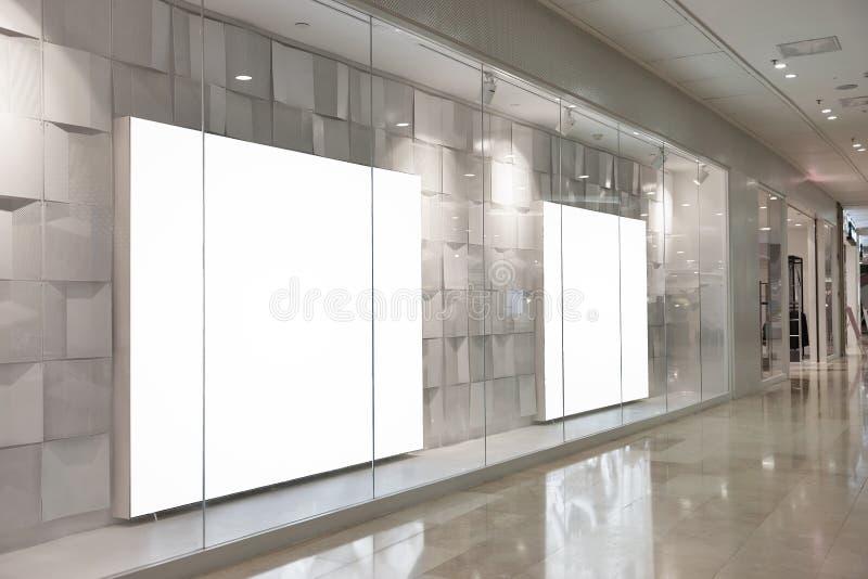 空白的广告牌在豪华商店窗口里 免版税库存照片