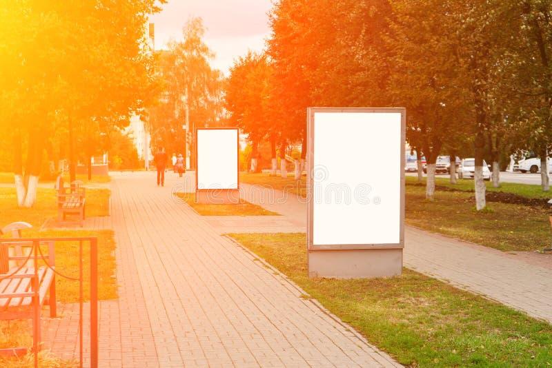 空白的广告牌户外,户外广告,在城市街道上的社会信息板 复制浆糊 复制空间 嘲笑 免版税库存照片