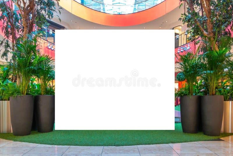 ?? 空白的广告牌,广告委员会屏幕显示在现代购物中心 库存图片