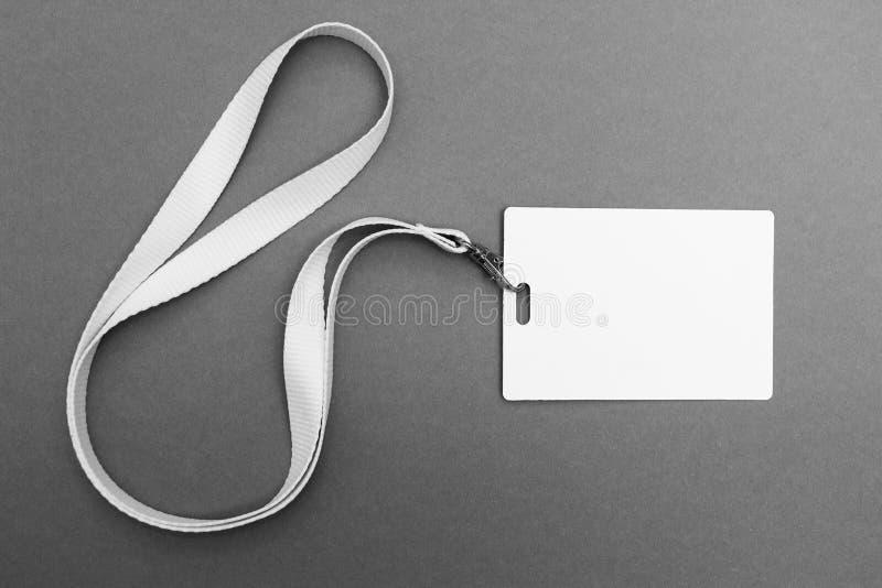 空白的徽章或ID在灰色背景,裁减路线通过包括 库存图片