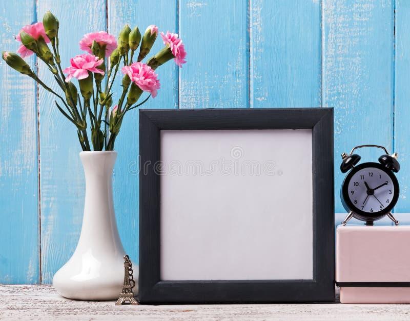 空白的框架,桃红色花、闹钟和纪念品埃佛尔铁塔 库存图片