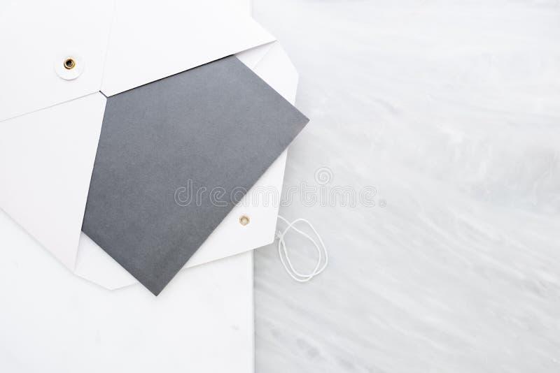 空白的灰色卡片顶视图在白色的包围在两层数步大理石台式 设计显示的假装模板  ?? 库存图片