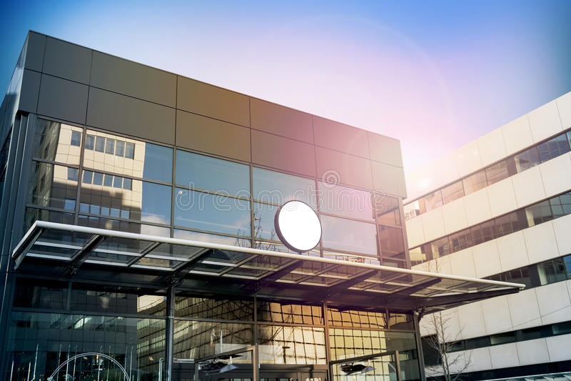 空白的白色圆的标志大模型,现代企业大厦 库存照片
