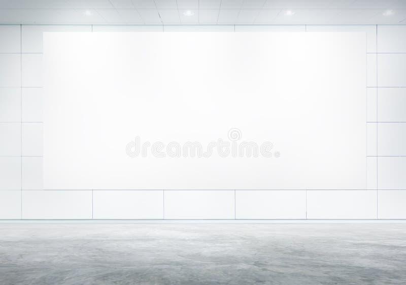 空白的白色广告牌在证券交易经纪人行情室 免版税库存图片
