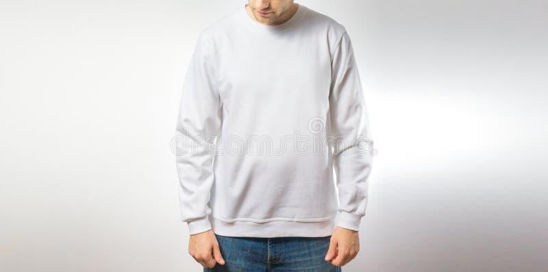 空白的白色运动衫的,立场人,微笑在白色背景,嘲笑,自由空间,商标,设计, desi的模板 库存图片