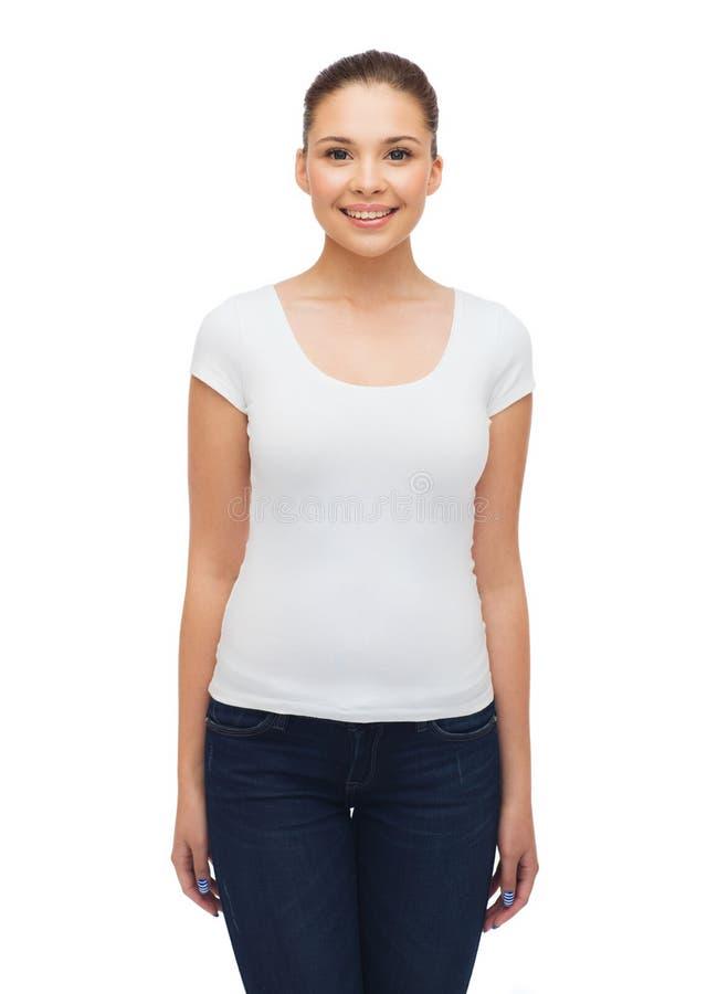 空白的白色T恤杉的微笑的少妇 库存照片