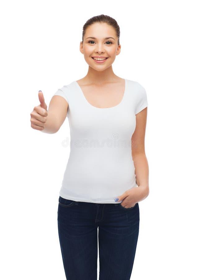 空白的白色T恤杉的微笑的少妇 免版税图库摄影