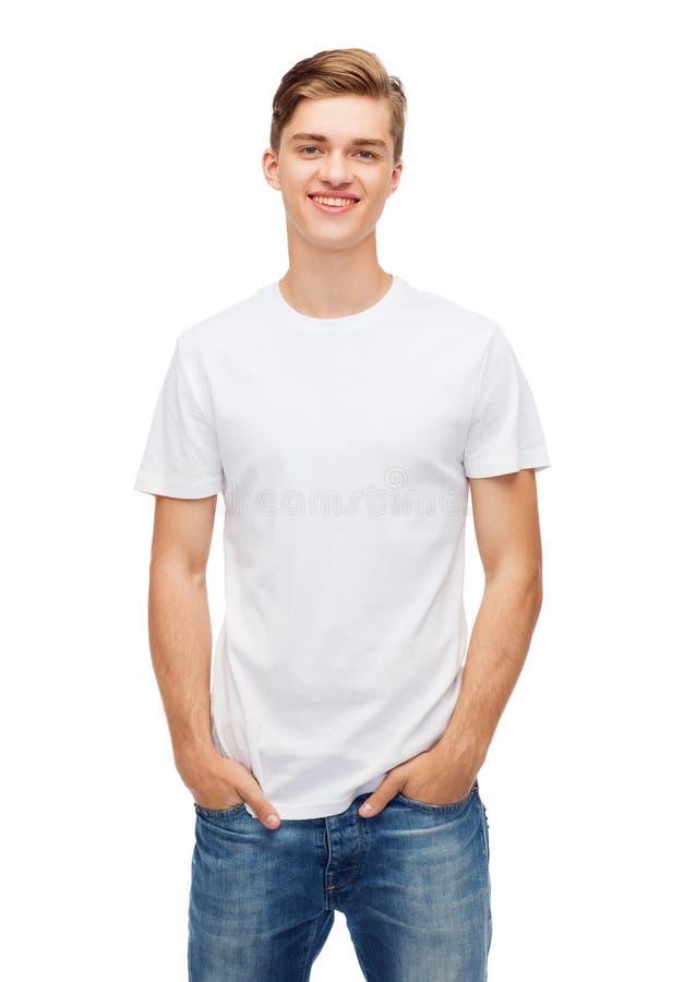 空白的白色T恤杉的微笑的年轻人 免版税库存照片