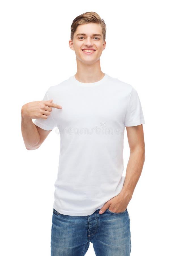 空白的白色T恤杉的微笑的年轻人 库存图片