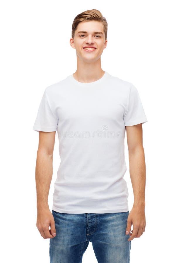 空白的白色T恤杉的微笑的年轻人 免版税图库摄影