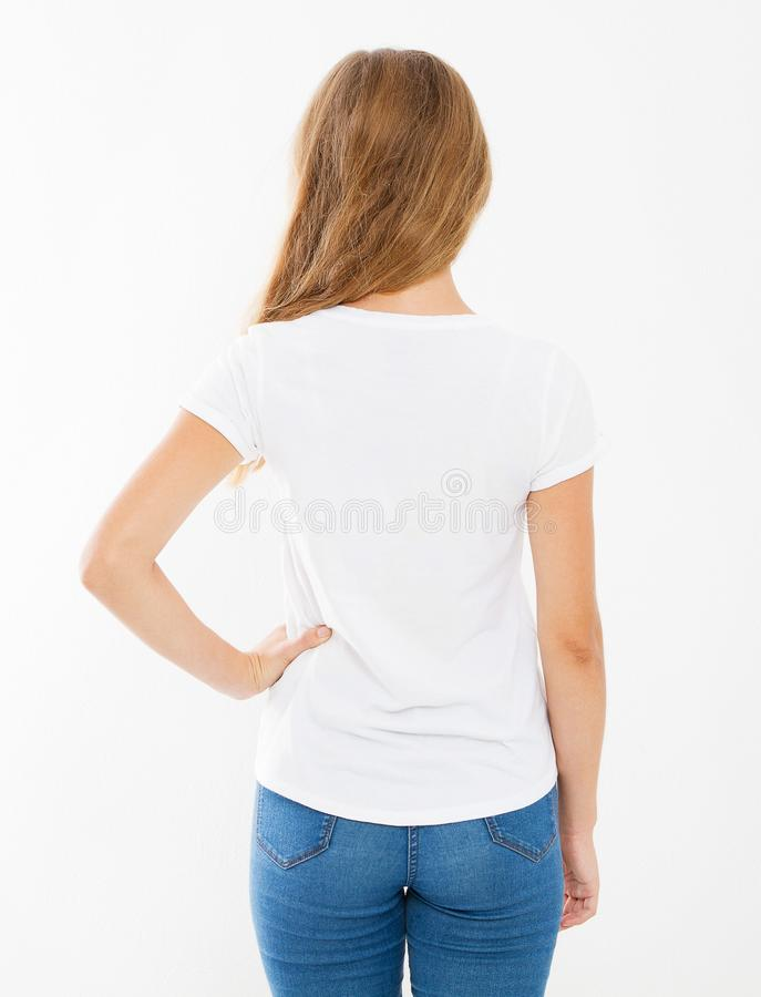 空白的白色T恤的后面看法妇女 T恤杉设计和人概念 在白色背景隔绝的衬衫的硬前胸视图,mo 免版税库存照片