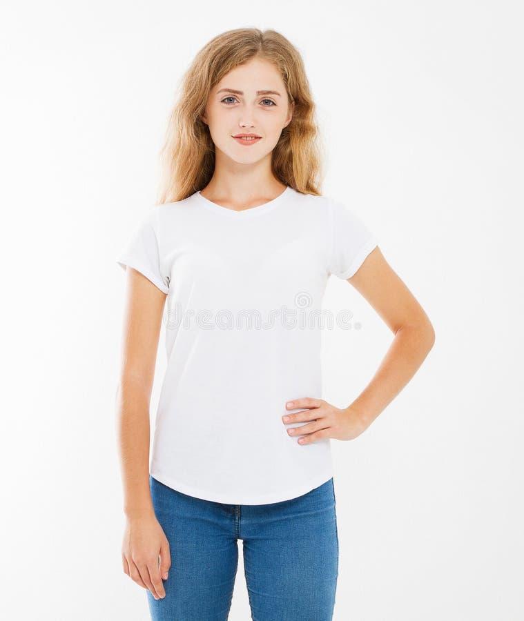 空白的白色T恤的年轻白种人妇女 T恤杉设计和人概念 在白色backgrou隔绝的衬衫的硬前胸视图 库存图片
