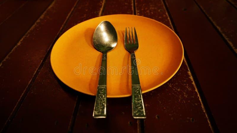 空白的盘和匙子,frok 免版税库存图片