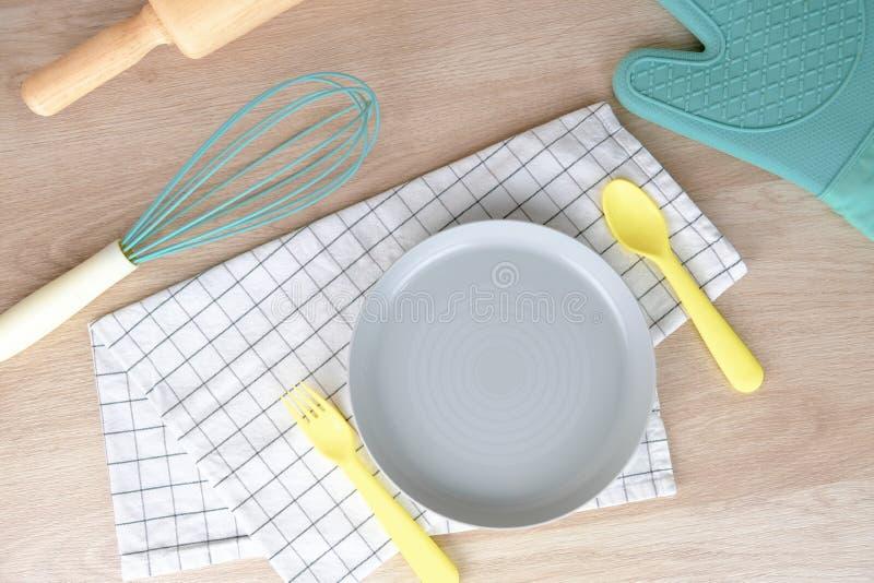 空白的盘或板材淡色面包店党早餐在家 烹调与滚针的混合在木的食物和手 免版税库存照片