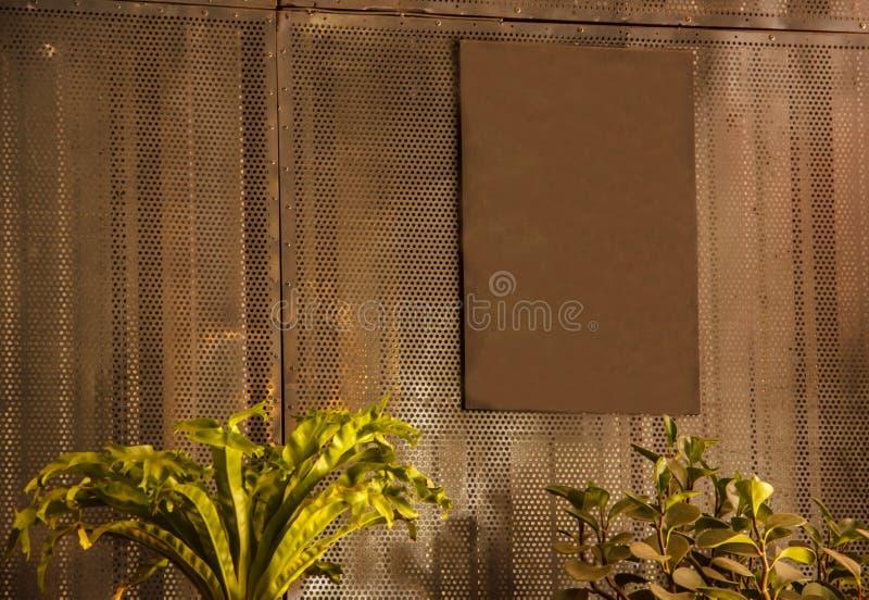 空白的空的生锈的葡萄酒金属褐色标志板准备好拷贝空间写消息,投入了图象或信件,垂悬 库存照片