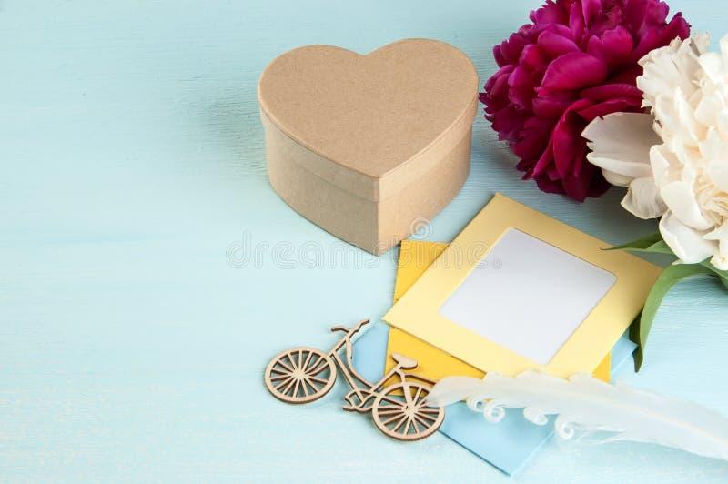 空白的笔记和卡拉服特礼物盒以心脏的形式 库存图片