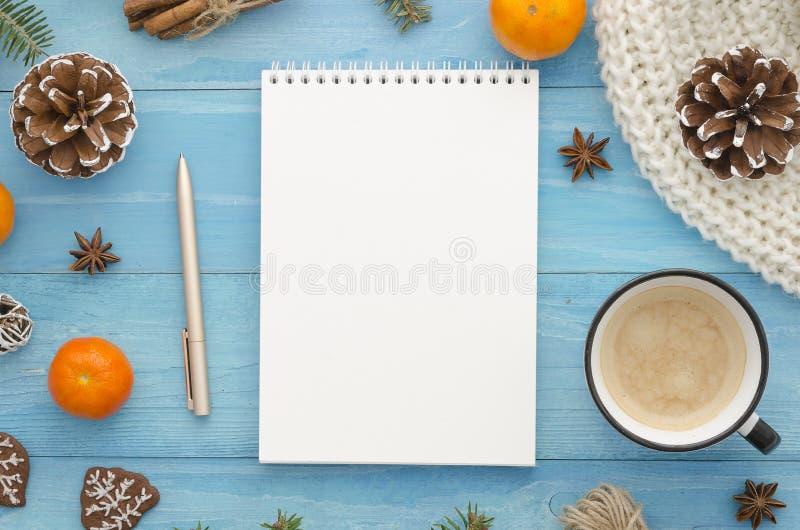 空白的笔记本大模型 与茴香星、杉木锥体和普通话的土气蓝色木板条 圣诞节,冬天,新年 免版税库存照片