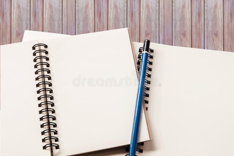 空白的笔记本有木背景 免版税库存图片