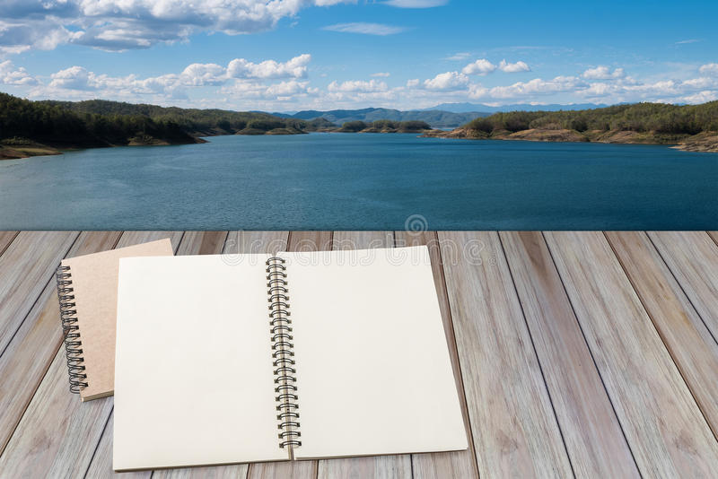 空白的笔记本有木背景 免版税库存照片