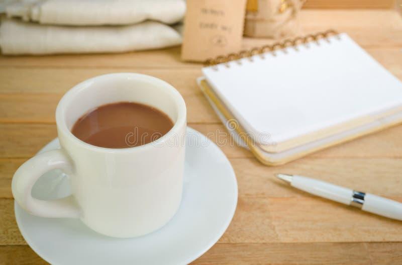 空白的笔记本用在木背景的咖啡 库存图片