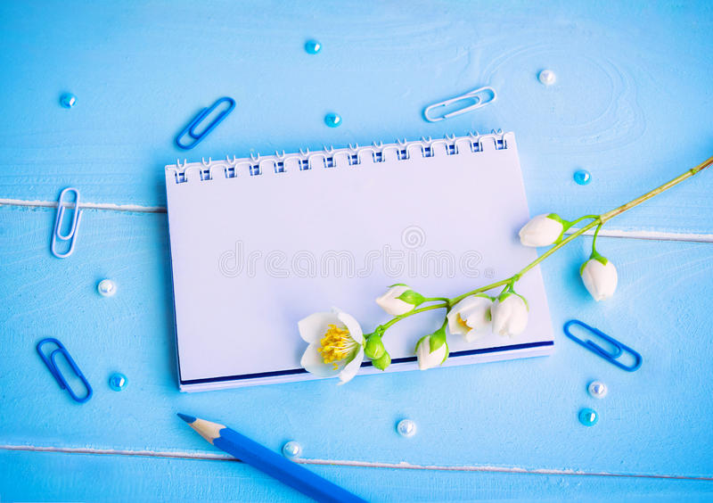 空白的笔记薄和茉莉花花 免版税库存照片