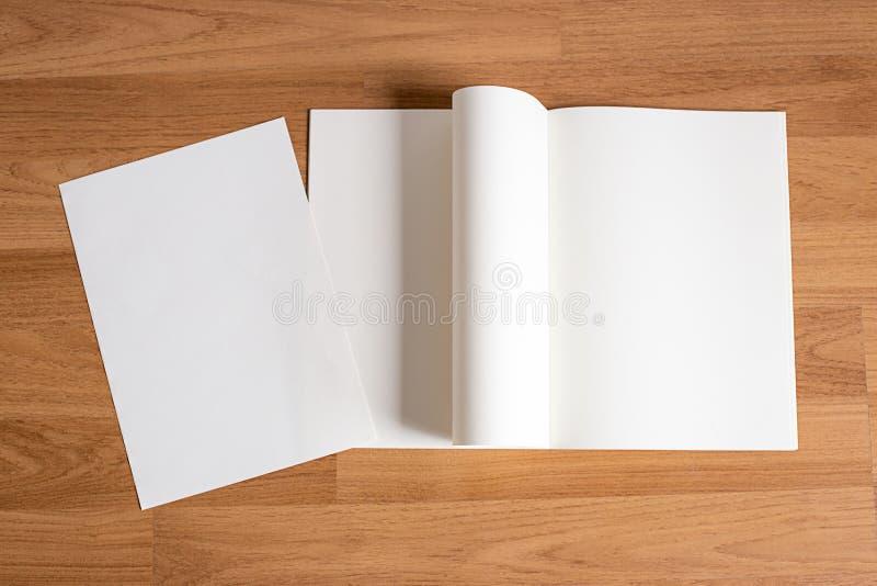 空白的编目和书,杂志,书嘲笑在木backgrou 免版税库存照片