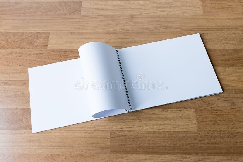 空白的编目和书,杂志,书嘲笑在木backgrou 库存照片