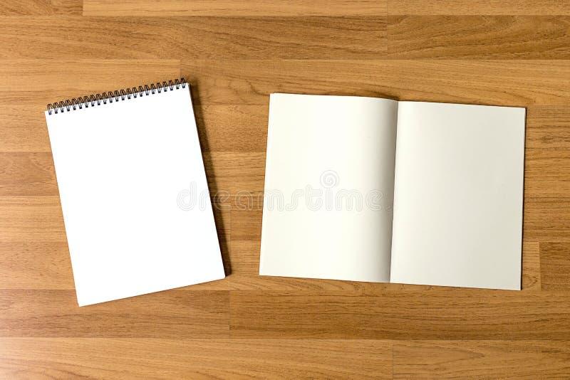 空白的编目和书,杂志,书嘲笑在木backgrou 库存图片
