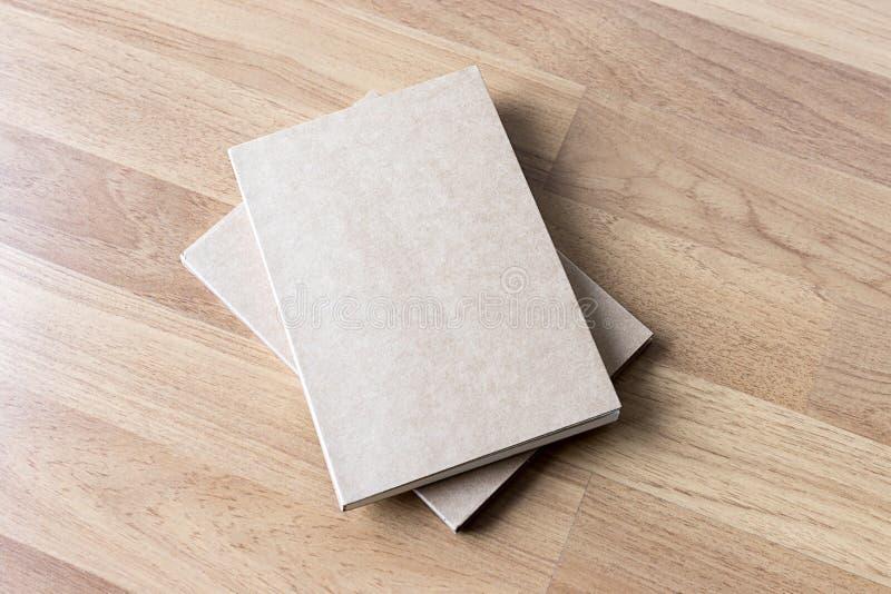 空白的编目和书,杂志,书嘲笑在木backgrou 免版税库存图片