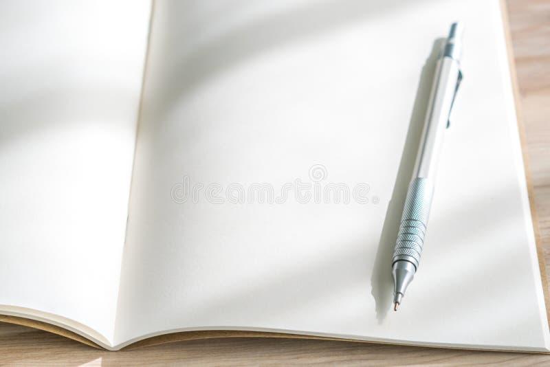 空白的编目,杂志,书嘲笑与在木backgroun的笔 免版税库存图片