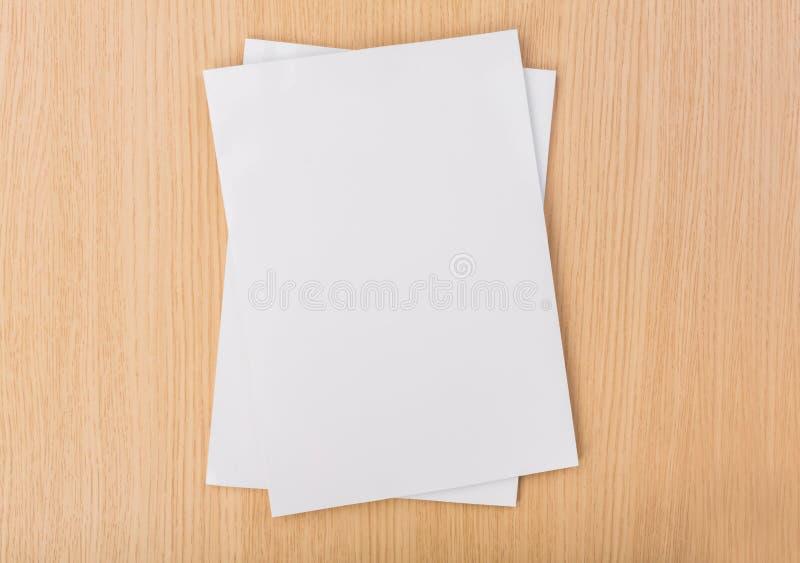 空白的编目,杂志,书嘲笑在木背景 库存图片