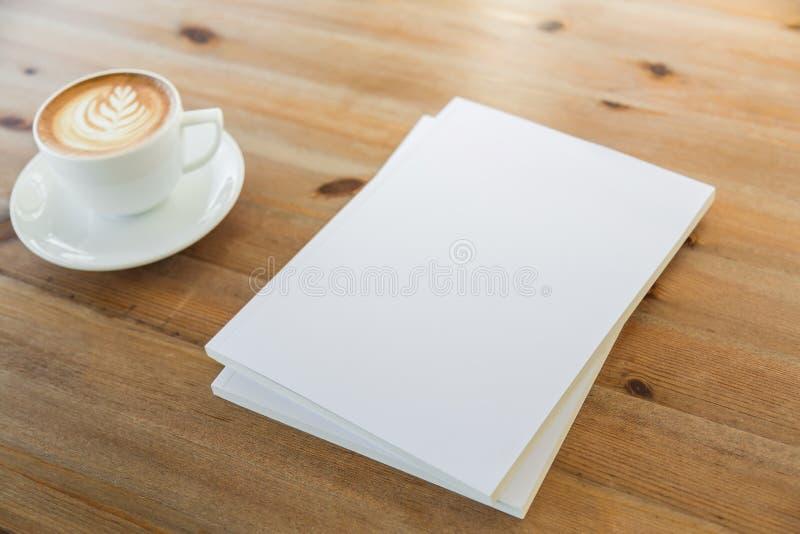 空白的编目,杂志,书嘲笑在木背景 免版税库存照片