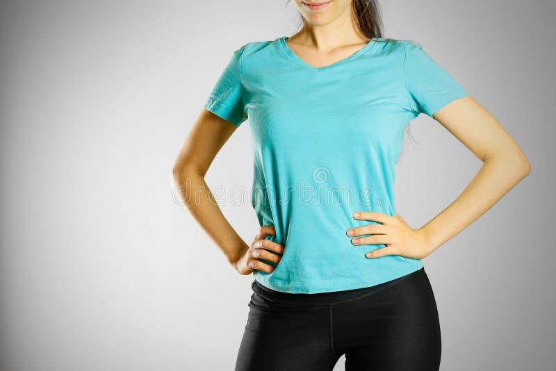 空白的蓝色T恤杉的一个女孩 为您的商标做准备 免版税库存图片