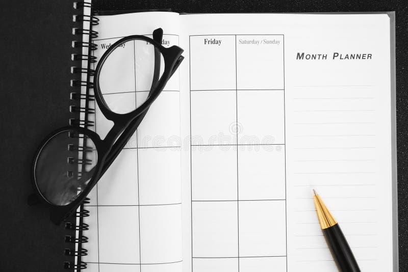 空白的计划笔记本和笔在书桌上使用我们组织者日程表生活或企业计划者概念 免版税图库摄影