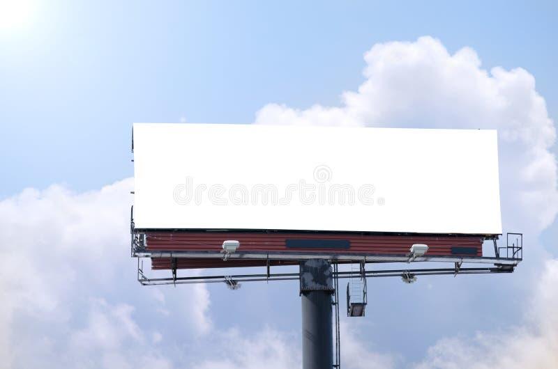 空白的路旁广告牌在明亮的晴朗的蓝天天 免版税图库摄影