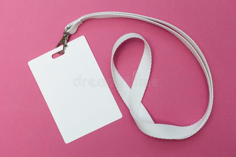 空白的身份证/徽章与白色传送带在桃红色背景 r 库存图片