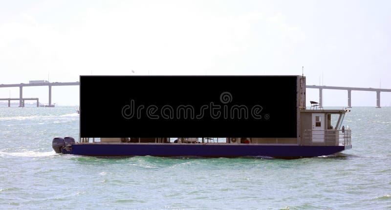 空白的黑小船在海洋和桥梁背景南佛罗里达迈阿密海滩中签署水 库存照片