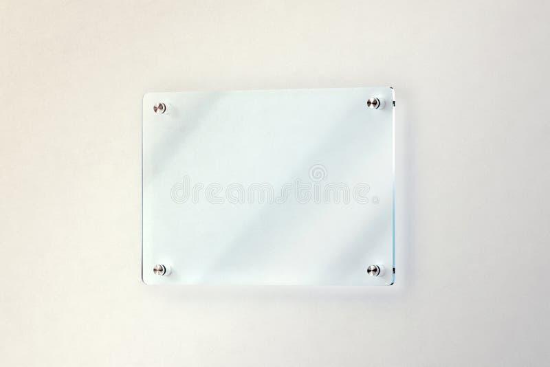 空白的玻璃门板材在墙壁大模型,裁减路线登上了 库存例证