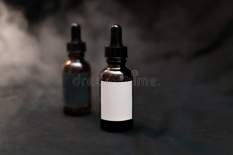 空白的e液体vape汁液瓶 免版税库存图片