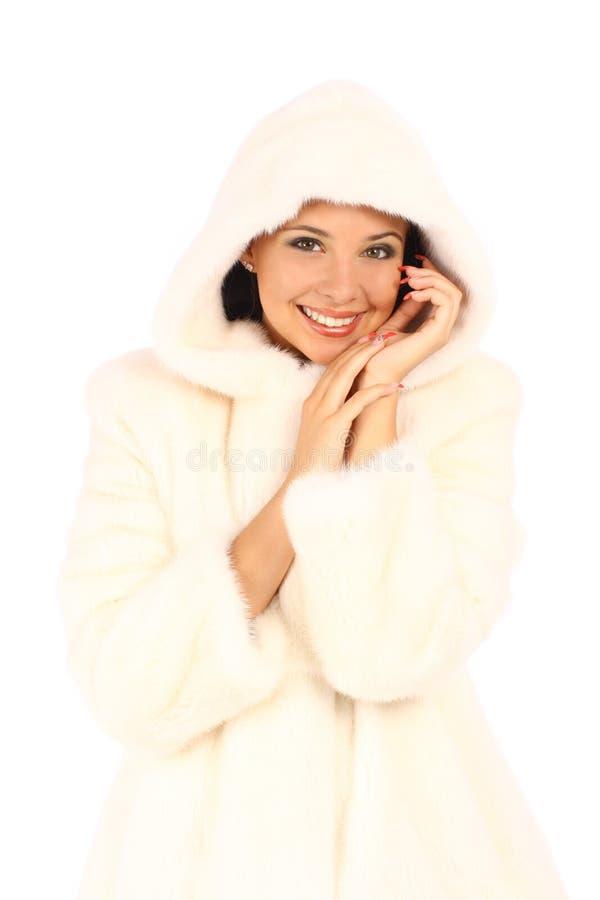 空白皮大衣和敞篷的可爱的少妇 免版税库存图片