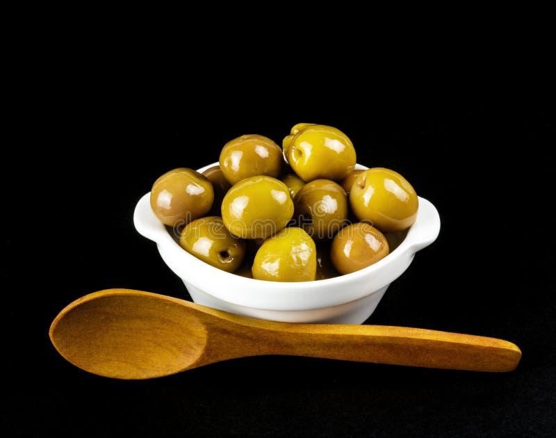 空白碗的绿橄榄 免版税库存照片