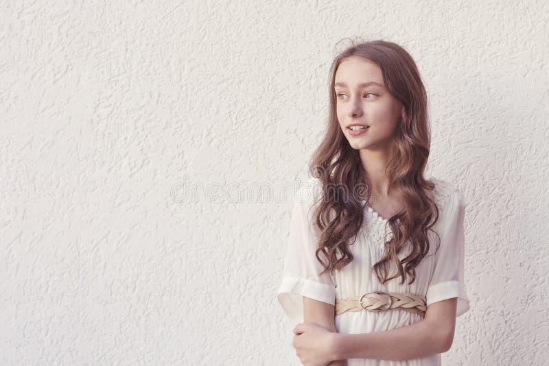 空白礼服的女孩 库存照片