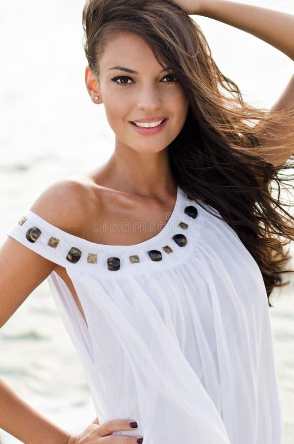 空白礼服的美丽的女孩 免版税库存照片