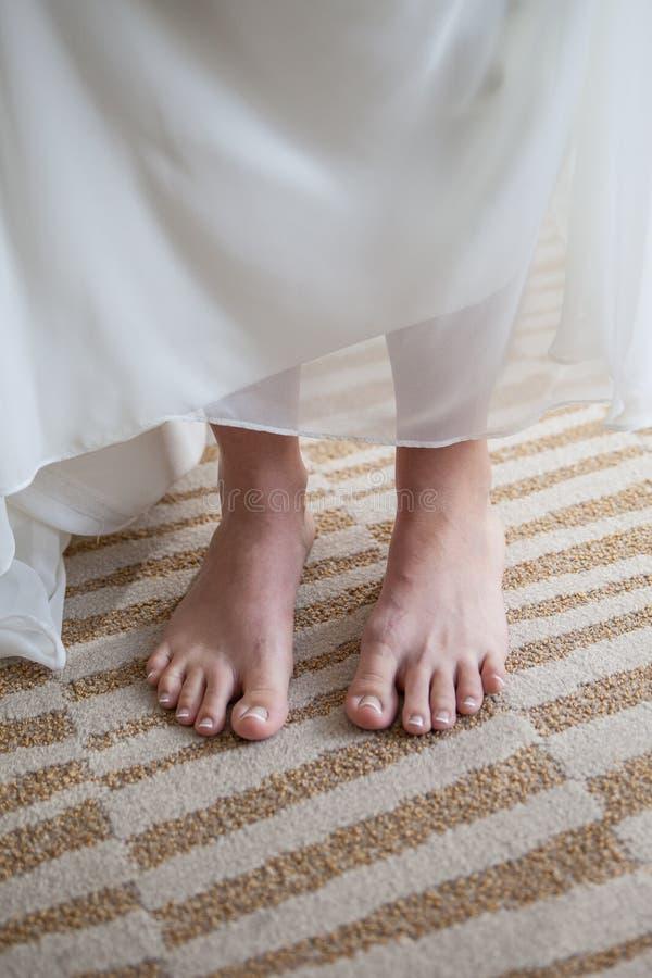 空白礼服的赤足妇女 免版税库存照片