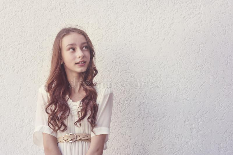 空白礼服的逗人喜爱的女孩 免版税库存照片