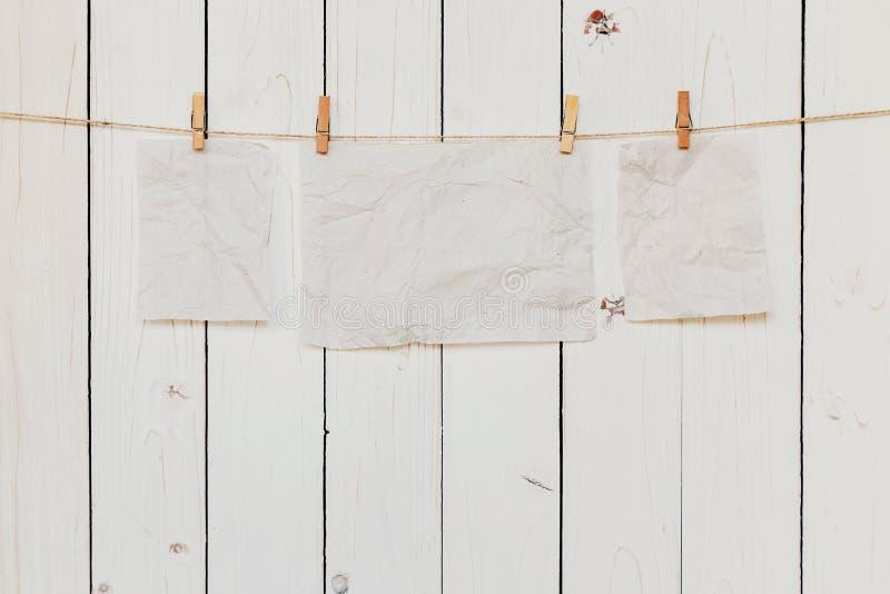 空白老糊墙纸在与空间的白色木背景为 免版税库存图片
