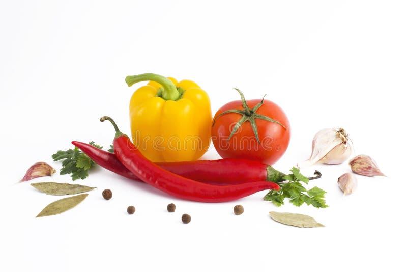 空白背景接近的重点新鲜的有选择性的蔬菜 以子弹密击在白色背景的m蕃茄 库存图片