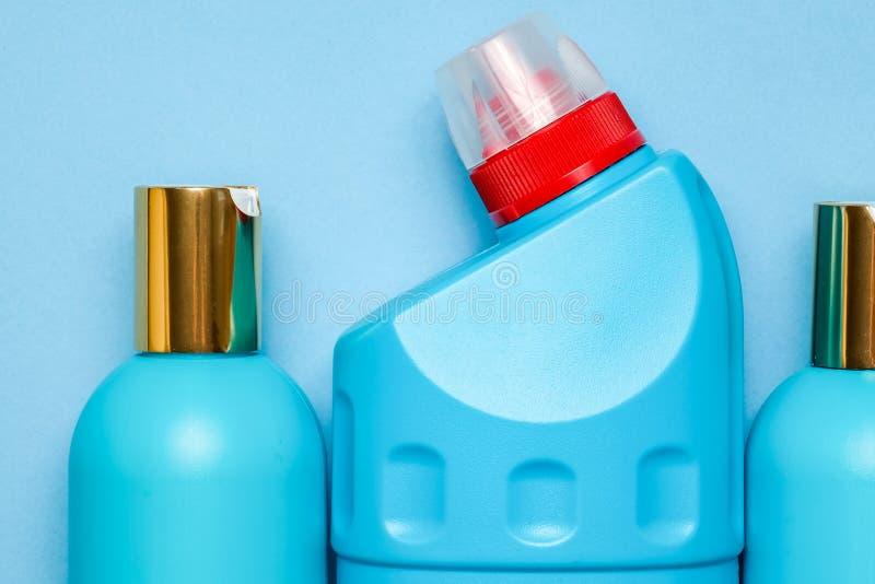 空白蓝色塑料瓶在中心背景中 家庭化学,香波,擦净剂 免版税库存照片